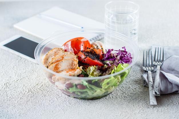 Gewichtsverlies, dieet, schoon eten en uitgebalanceerd voedselconcept. lunchkom