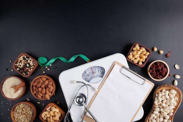 Gewichtsverliesweegschaal met centimeter, stethoscoop, klembord, pen. dieet concept.