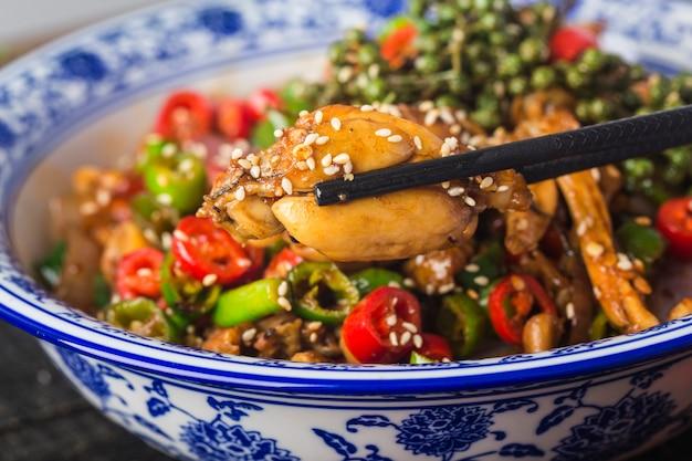 Gewokte brulkikker met groene en rode pepers