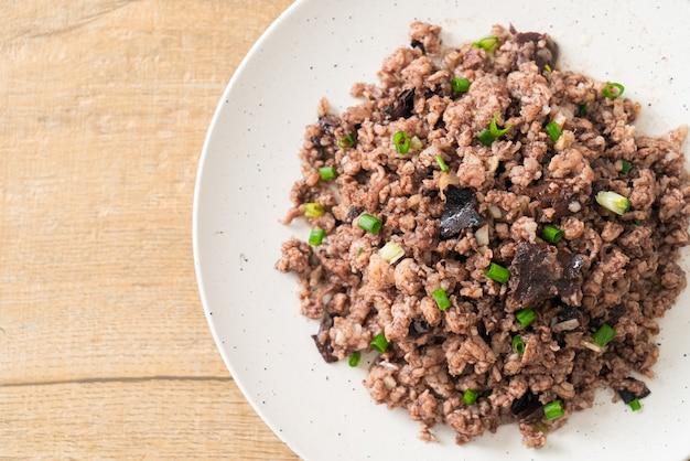 Gewokte chinese olijven met varkensgehakt - aziatische stijl