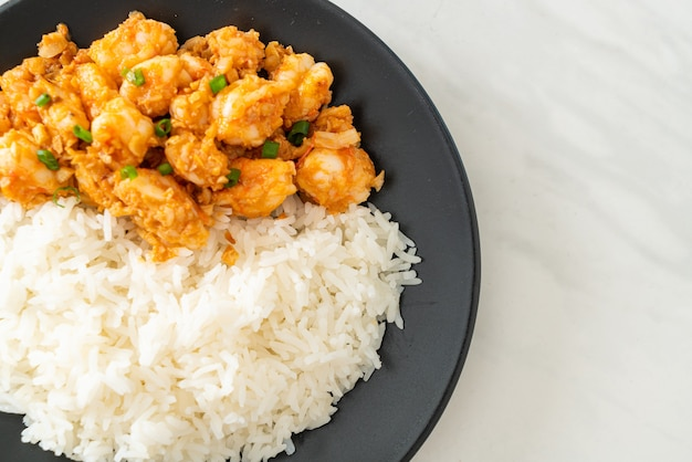 Gewokte garnalen met knoflook en garnalenpasta met rijst