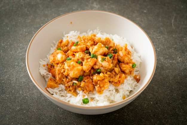 Gewokte garnalen met knoflook en garnalenpasta rijstkom