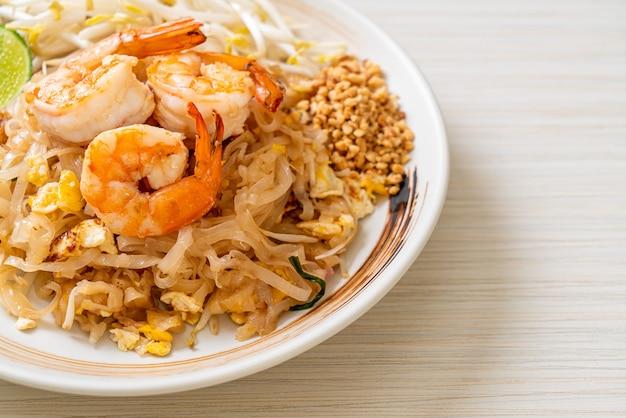 Gewokte noedels met garnalen en spruitjes of pad thai - asian food style