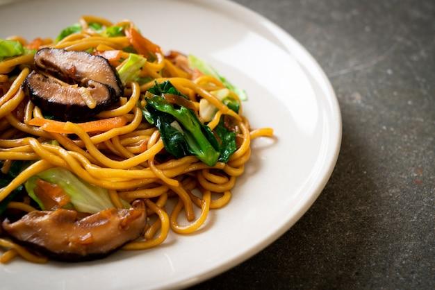 Gewokte noedels met groenten in aziatische stijl