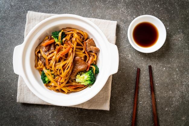 Gewokte noedels met varkensvlees en groente