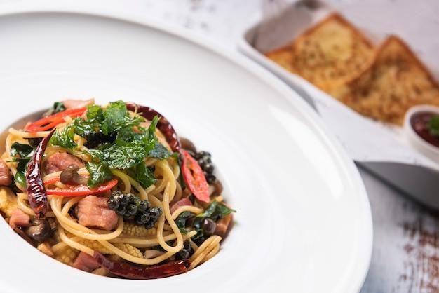 Gewokte pittige spaghetti op thaise wijze
