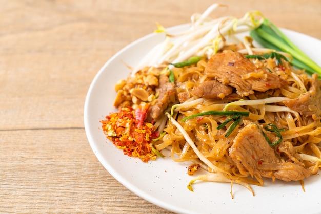 Gewokte rijstnoedels met varkensvlees op aziatische wijze