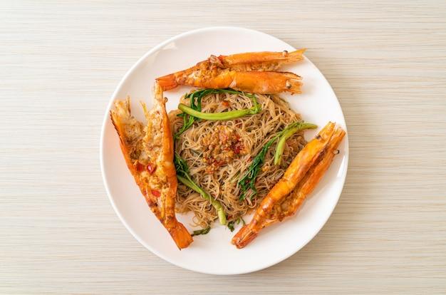Gewokte rijstvermicelli en watermimosa met riviergarnalen