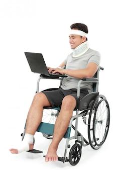 Gewond bussinessmanwerk op zijn laptop