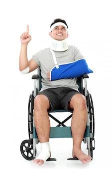 Gewonde jonge man in rolstoel