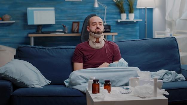 Gewonde man met nekschuim tegen pijn