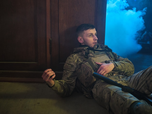Gewonde soldaat (soldaat van de speciale troepen) gooit een gevechtsgranaat