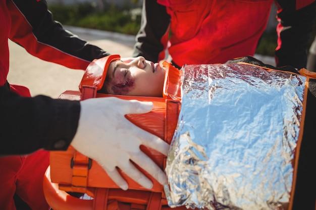 Gewonde vrouw behandeld door paramedicus