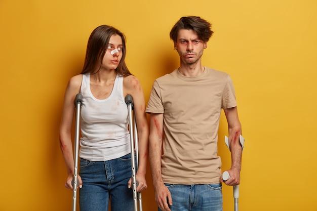Gewonde vrouw en man kregen op de weg een auto-ongeluk tijdens het rijden op hoge snelheid