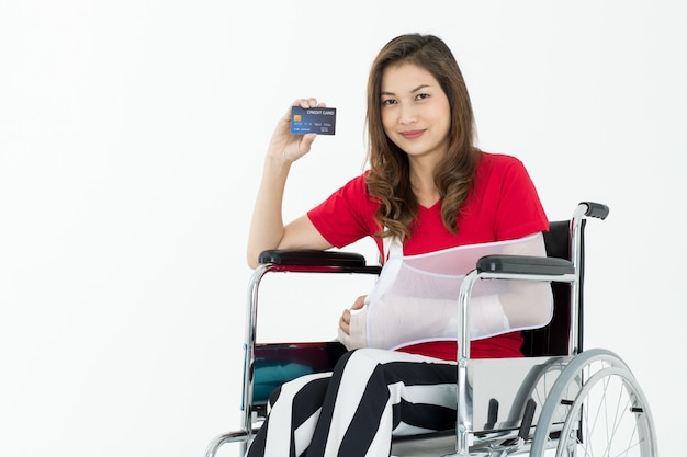 Gewonde vrouw met verzekeringsdienst.