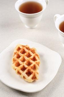 Gewone croffle croissant wafel op white palte. deze snack populair in zuid-korea