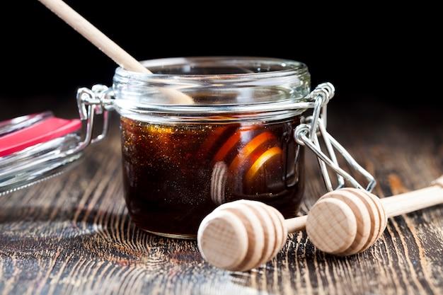 Gewone gerechten en apparaten die worden gebruikt voor het bewaren en vervoeren van honing