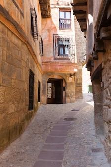 Gewone straat van de spaanse stad in zonnige dag