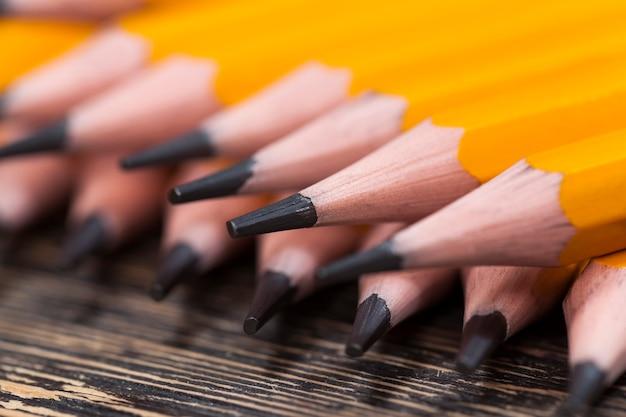 Gewoon geel houten potlood met grijze zachte stift voor tekenen en creativiteit