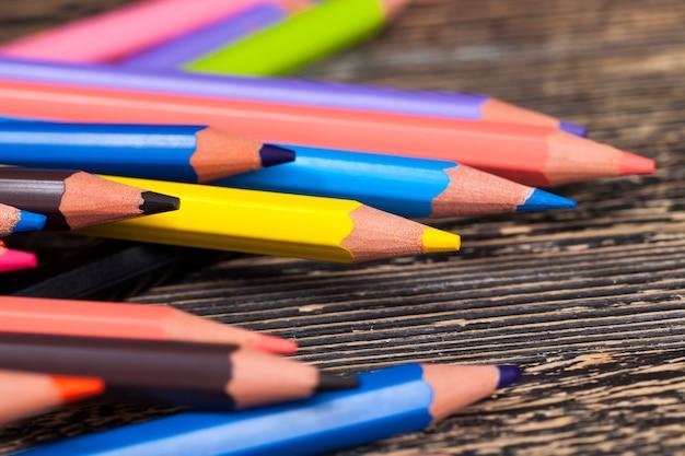 Gewoon gekleurd houten potlood met zachte stift in verschillende kleuren voor tekenen en creativiteit
