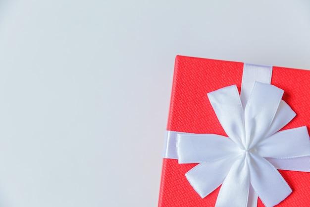 Gewoon minimaal ontwerp rode geschenkdoos geïsoleerd op een witte achtergrond