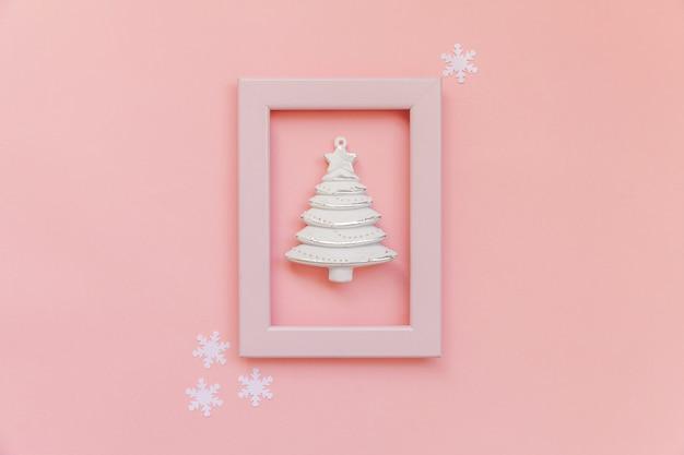Gewoon minimale samenstelling spar in roze frame geïsoleerd op roze achtergrond