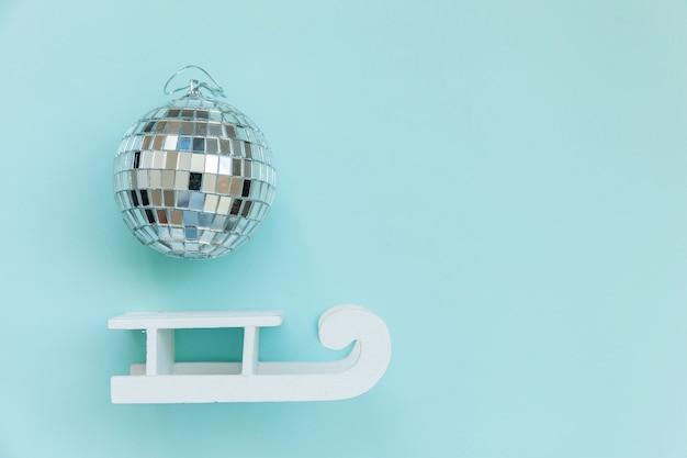 Gewoon minimale samenstelling winter objecten ornament balslee geïsoleerd op blauwe achtergrond