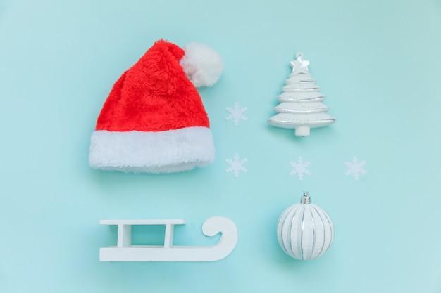 Gewoon minimale samenstelling winter objecten ornament geïsoleerd op blauwe achtergrond
