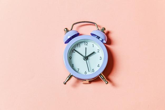 Gewoon minimalistisch design rinkelen twin bell vintage klassieke wekker geïsoleerd op roze pastel achtergrond