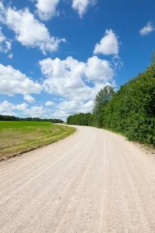 Gewoon spoor op het veld voor verkeer, een primitieve weg