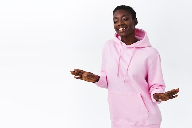 Gewoon vibreren. zorgeloos aantrekkelijk hipster afrikaans amerikaans meisje dat plezier heeft, danst