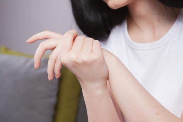 Gewrichtsblessures ,. spasme op de arm van het meisje.