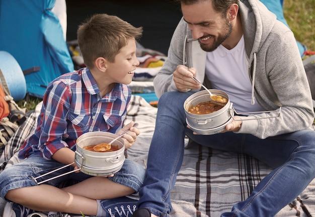 Gezamenlijk diner gegeten door de vader en zijn zoon