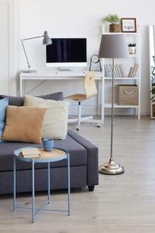 Gezellig appartementinterieur in minimaal scandinavisch design en focus op decorelementen