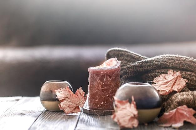 Gezellig de herfstochtend ontbijt op bedstillevenscène. stomende kop hete koffie, thee die zich dichtbij venster bevindt. vallen.