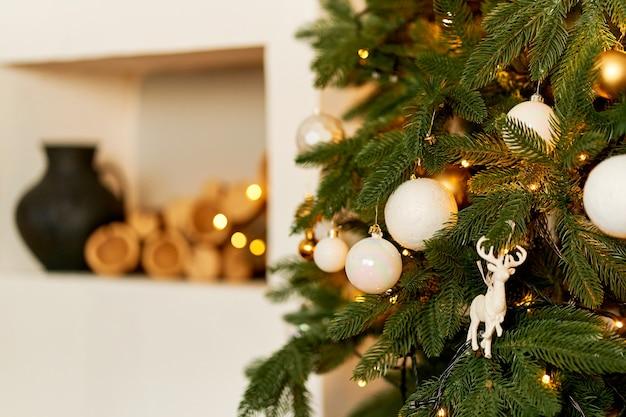 Gezellig feestelijk interieur met een kerstboom. vakantie thuis met je gezin.