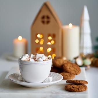 Gezellig huis kerstsfeer feestelijk vakantiestemming lichtgrijze achtergrond zelfgemaakte chipkoekjes