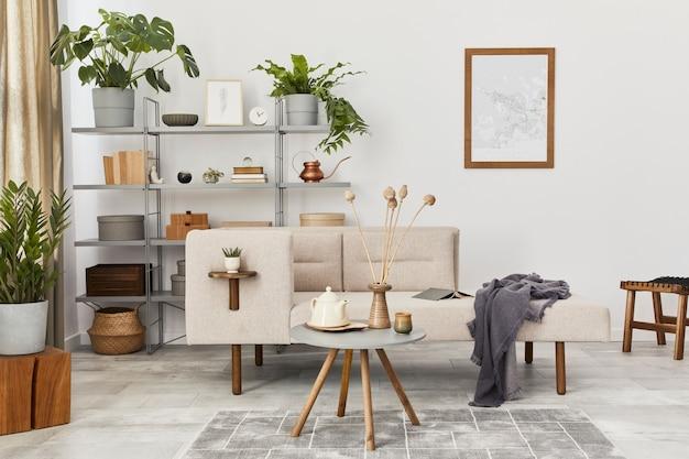 Gezellig interieur met stijlvolle bank, design salontafel, boekenkast, planten, tapijt, decoratie, kaart en elegante persoonlijke accessoires. neutrale woonkamer in klassiek huis..