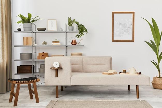 Gezellig interieur met stijlvolle bank, grijze salontafel, boekenkast, planten, tapijt, decoratie, kaart en elegante persoonlijke accessoires. neutrale woonkamer in klassiek huis..