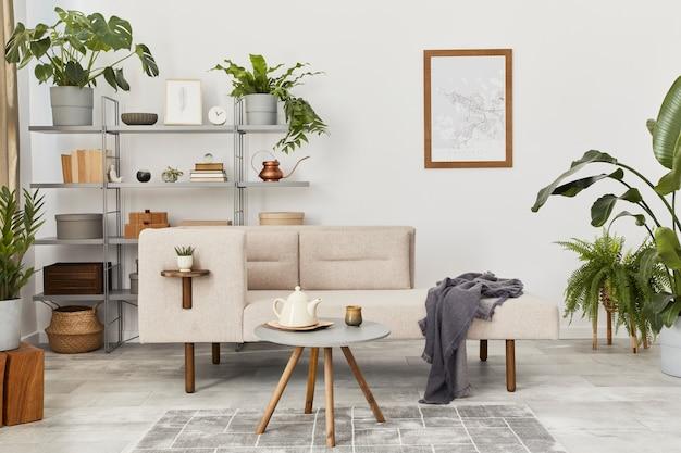 Gezellig interieur met stijlvolle bank, grijze salontafel, boekenkast, planten, tapijt, decoratie, posterkaart en elegante persoonlijke accessoires. neutrale woonkamer in klassiek huis.