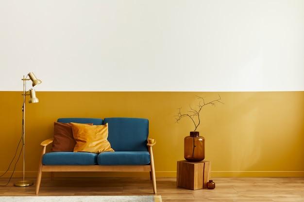 Gezellig interieur met stijlvolle fluwelen bank, tapijt op de vloer, kopieerruimte achtergrond, houten kubus en elegante persoonlijke accessoires. moderne woonkamer in klassiek huis. Premium Foto