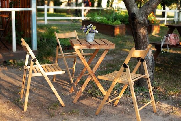 Gezellig interieur met tuinmeubelen voor picknick in de tuin. houten stoelen en tafelpatio van huis.