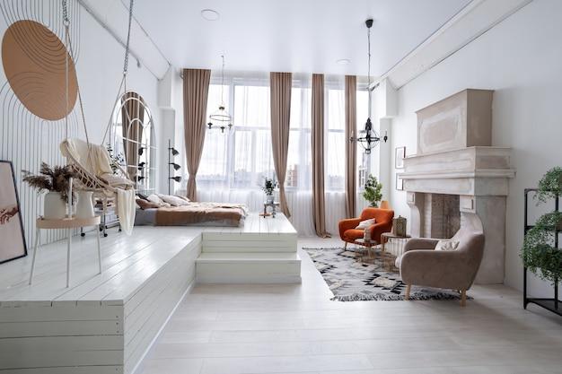 Gezellig interieur van de woonkamer in witte kleur met bruine details
