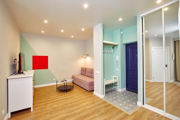 Gezellig interieur van de woonkamer met bank en tv