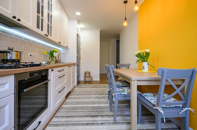 Gezellig modern goed ontworpen keukeninterieur