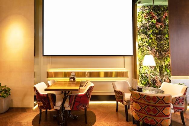 Gezellig modern interieur van restaurant, theehuis met wit projectorscherm gezellig modern interieur van restaurant, theehuis met wit projectorscherm