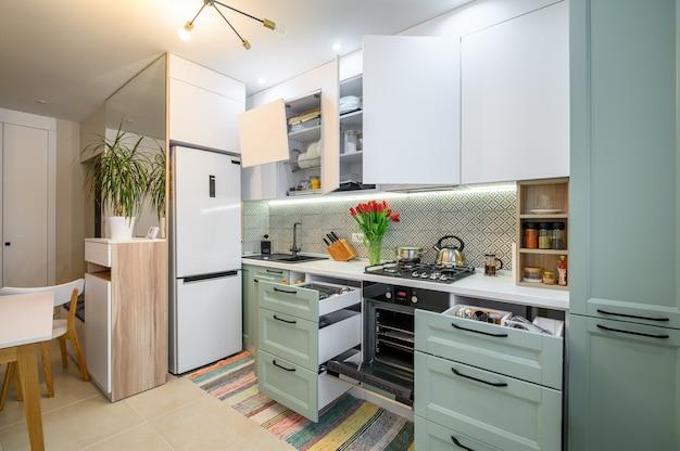 Gezellig modern keukeninterieur enkele lades uitgetrokken