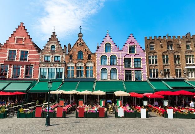 Gezellig straatcafé en oude gevels van gebouwen in het oude europese toeristenstadje.