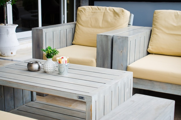 Gezellig zomercafé. tafels en stoelen op buitenterras