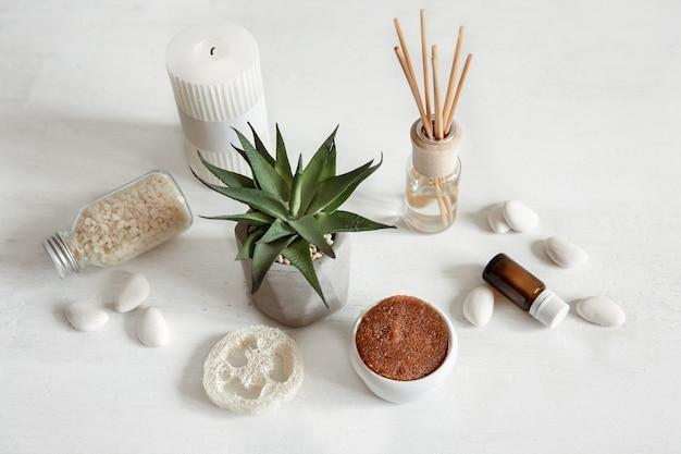 Gezellige compositie met wierookstokjes voor binnengeur en gezondheids- en schoonheidsproducten.